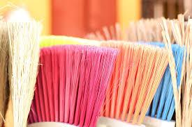 Strumenti per la pulizia dei pavimenti è meglio la scopa oppure la scopa elettrica?