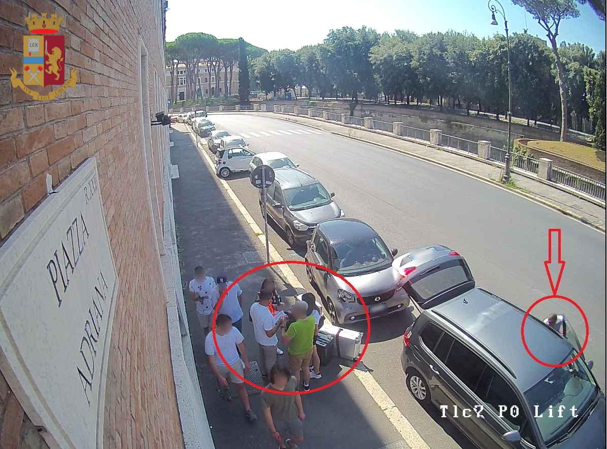 Piazza Adriana: truffe con il trucco della foratura della ruota dell'auto